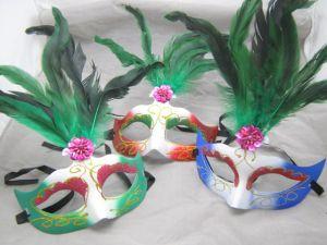 Полумаска с зелеными перьями