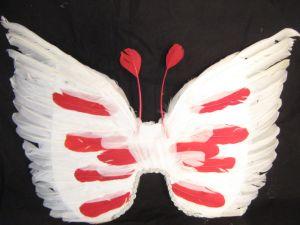 Крылья перьевые белые с красными пятнами