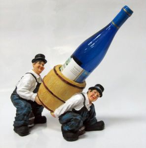 Подставка для вина «Двое пьяниц несут бутылку»