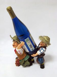 Подставка для вина «Два мужика несут бутылку»